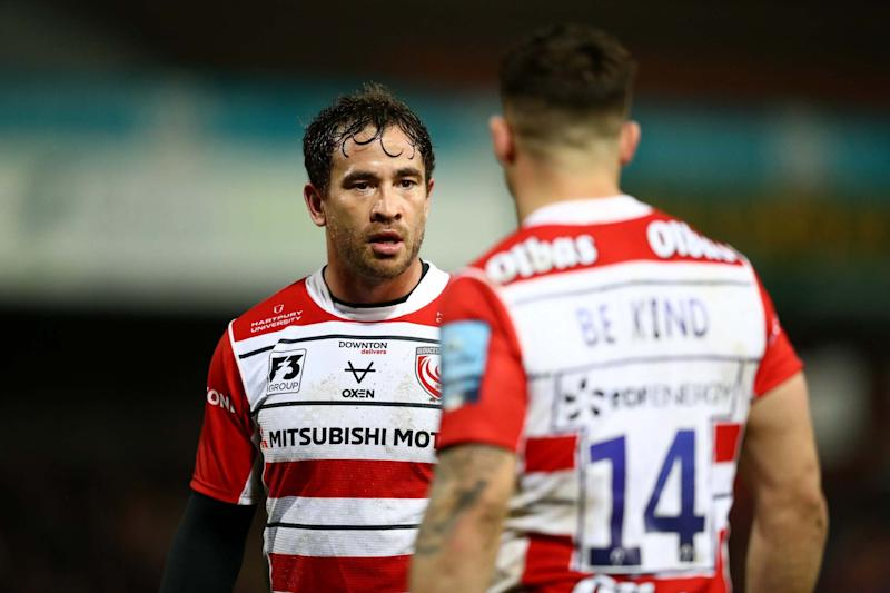 Danny Cipriani talks to Tom Seabrook of Gloucester Rugby as they both wear shirts with the words Be Kind on the back (Getty Images)