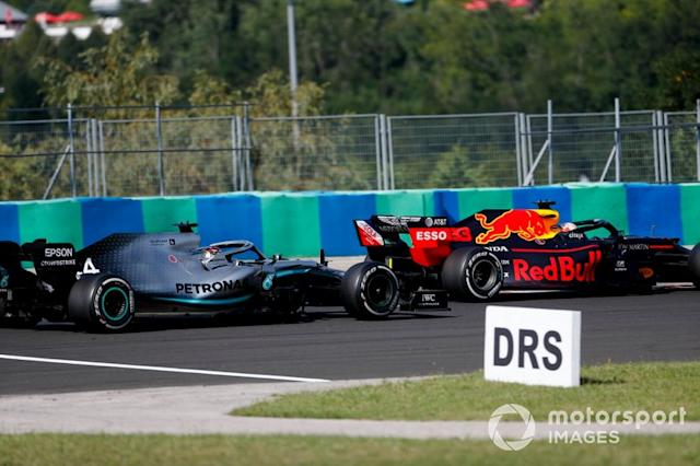 "Max Verstappen, Red Bull Racing RB15 y Lewis Hamilton, Mercedes AMG F1 W10 batalla <span class=""copyright"">Sam Bloxham / LAT Images</span>"