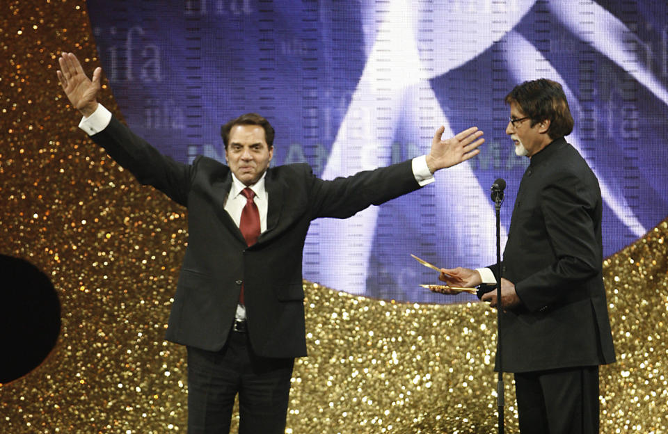 Bollywood veteran Dharmendra (L) gestures as actor Amitabh Bachchan looks on during the Indian International Academy Awards (IIFA) in Sheffield, northern England June 9,2007. REUTERS/Darren Staples (BRITAIN)