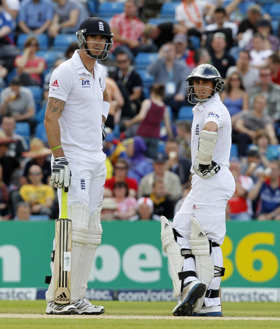 England's Kevin Pietersen (L) speaks with teammate James Taylor between overs on day 3 of the second international test cricket match between England and South Africa at the Headingley Carnegie stadium.