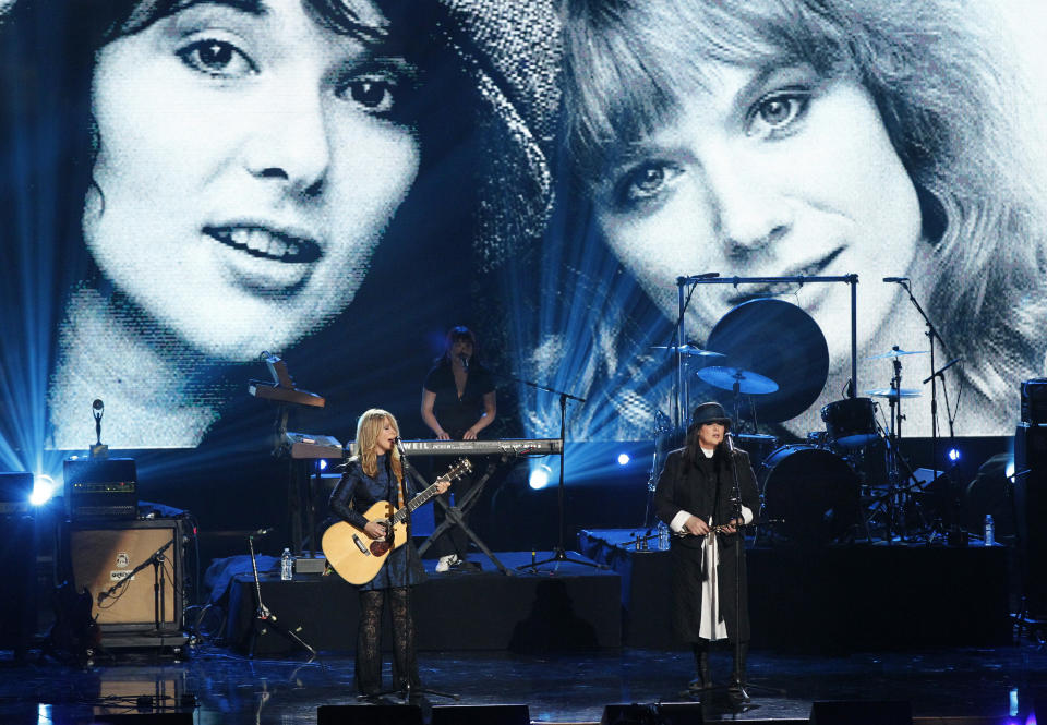 Nancy (L) and Ann Wilson of Heart perform at the 2013 Rock and Roll Hall of Fame induction ceremony in Los Angeles April 18, 2013.  REUTERS/Mario Anzuoni (UNITED STATES  - Tags: ENTERTAINMENT)