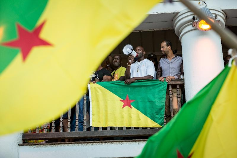 """Representatives of the collective """"500 freres"""" announce to a cheering crowd the signing of an agreement with the government in Cayenne, French Guiana on April 21, 2017 (AFP Photo/jody amiet)"""