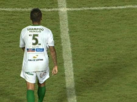 A Fluminense player displaying the price of a bottle of shampoo: Twitter @dacebal