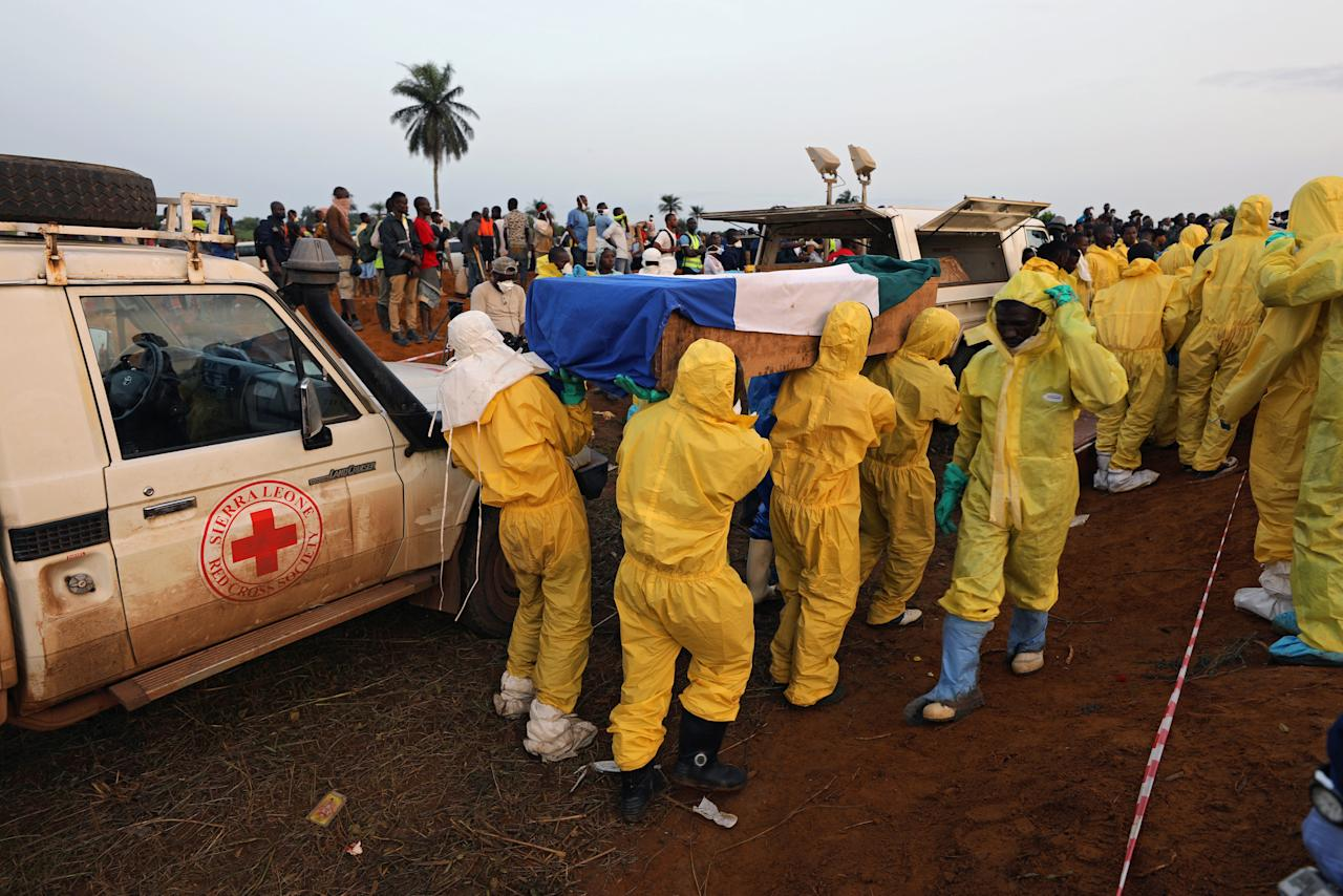 Health workers carry the remains of victims of the mudslide for burial at the Paloko cemetery, in Waterloo, Sierra Leone August 17, 2017. REUTERS/Afolabi Sotunde