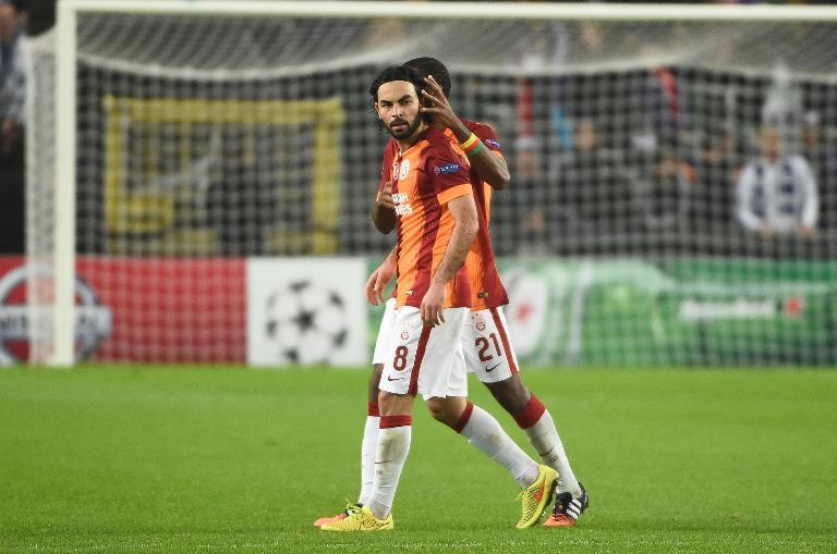Galatasaray's Selcuk Inan and Aurelien Chedjou during their Champions League match against Anderlecht in Brussels November 26, 2014 (AFP Photo/Emmanuel Dunand)