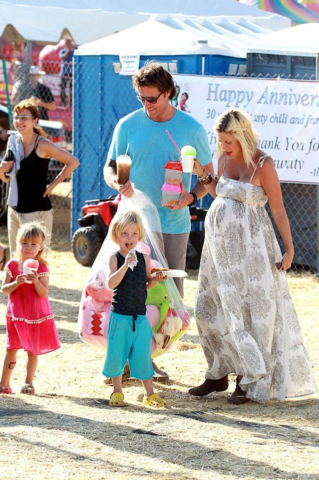 """A pregnant Tori Spelling enjoyed some icy treats with husband Dean McDermott and their two kids Liam and Stella. Aguilar/Andrade/Jones/<a href=""""http://www.PacificCoastNews.com"""" target=""""new"""">PacificCoastNews.com</a> - September 4, 2011"""