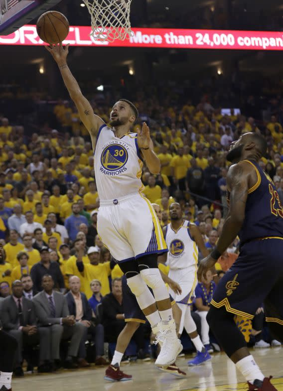 <p>Golden State Warriors guard Stephen Curry (30) shoots against the Cleveland Cavaliers during the first half of Game 1 of basketball's NBA Finals in Oakland, Calif., Thursday, June 1, 2017. (AP Photo/Marcio Jose Sanchez) (圖片來源:Associated Press) </p>