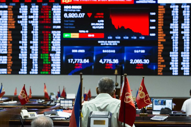 File Photo: Traders work on the floor of the Philippine Stock Exchange. (Photo: Getty Images)