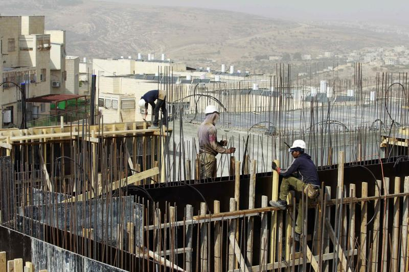 Palestinian labourers work on a construction site in Ramat Shlomo, a religious Jewish settlement in an area of the occupied West Bank Israel annexed to Jerusalem October 30, 2013. Israel announced plans on Wednesday to build hundreds of new settlement homes on land that the Palestinians want for a future state, hours after it released a group of Palestinian prisoners from its jails. REUTERS/Baz Ratner (WEST BANK - Tags: BUSINESS CONSTRUCTION POLITICS)