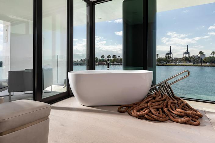 Take one of the most luxurious baths of your life in the Arkup's sleek minimalist bathtub, itself surrounded by little more than glazing and gorgeous views.