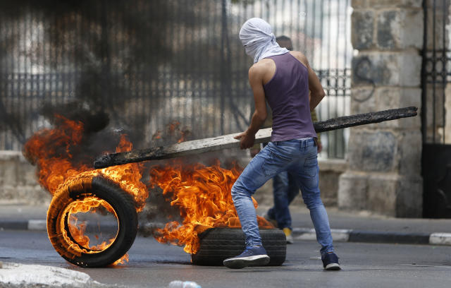 <p>Palestinians burn tires during clashes with Israeli troopsin the West Bank city of Bethlehem during a protest against the U.S. decision to relocate its Israeli embassy to Jerusalem, May 14, 2018. (Photo: Majdi Mohammed/AP) </p>