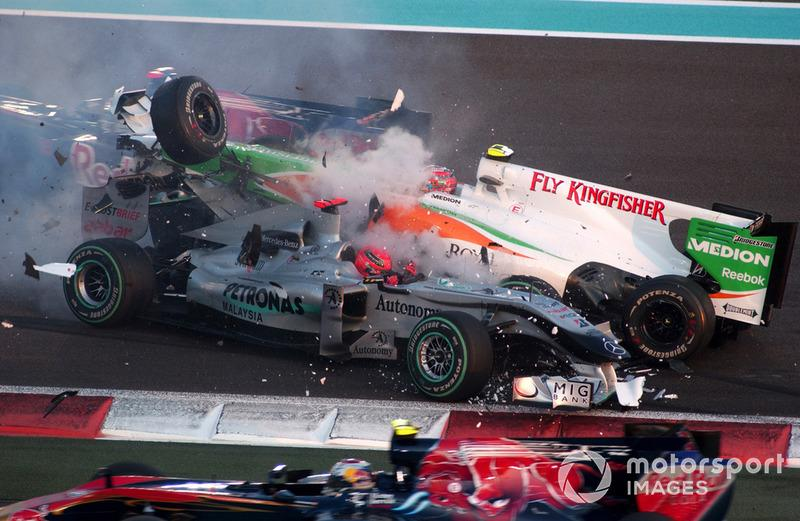 "Accidente entre Michael Schumacher, Mercedes GP MGP W01, y Vitantonio Liuzzi, Force India VJM03<span class=""copyright"">LAT Images</span>"