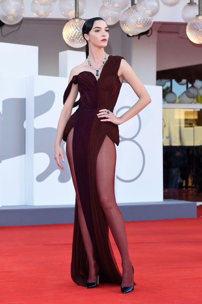 <p>The model paired her Cartier jewellery with a Jean Paul Gaultier gown to the red carpet for 'Madres Paralelas'.</p>