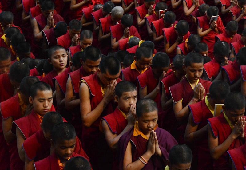 Nepalese novice Buddhist monks offer prayers for earthquake victims (AFP Photo/)