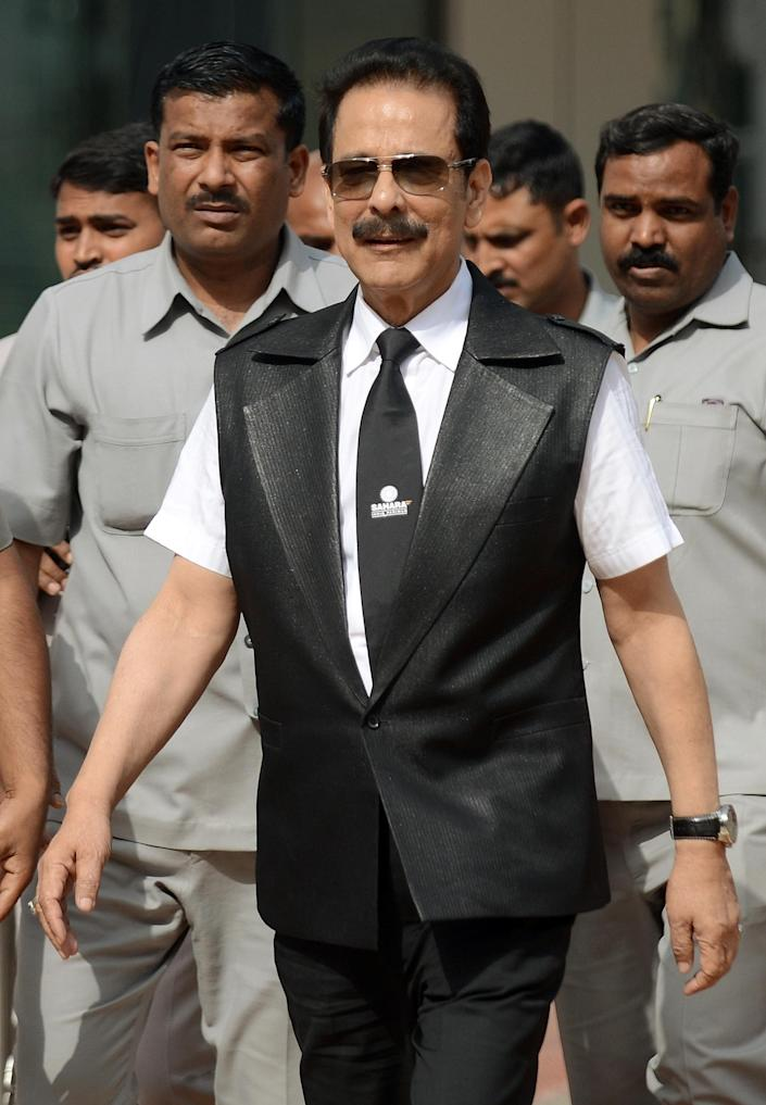 India's Sahara group's chairman Subrata Roy (C), surrounded by bodyguards, leaves the Securities and Exchange Board of India head office in Mumbai, on April 10, 2013 (AFP Photo/Punit Paranjpe)