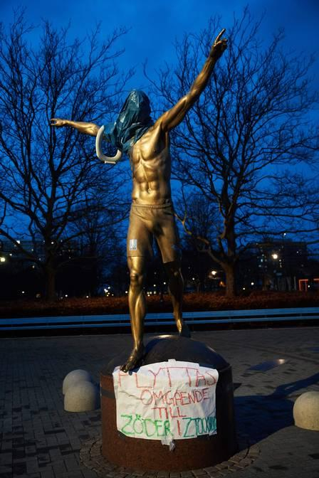 85912464_The statue of the Swedish football player Zlatan Ibrahimovic covered in plastic and with a.jpg