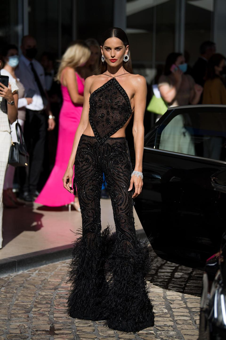 <p>Wearing a black feathered set. </p>