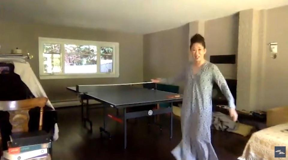 Sandra Oh shows off ping pong table