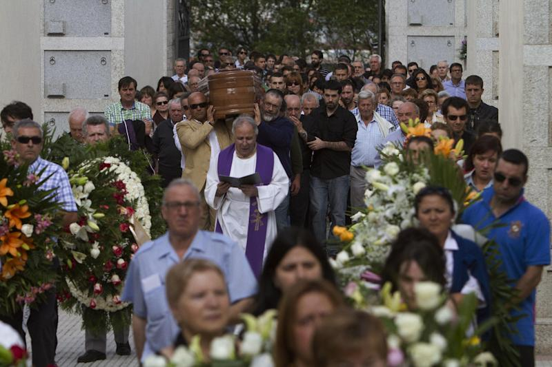 People carry the coffin of medical student Laura Naveiras Ferreiro, one of the train crash victim, during her funeral at the San Pedro de Visma cementery in A Coruna, Spain, Saturday, July 27, 2013. Spain's interior minister Jorge Fernandez Diaz says the driver whose speeding train crashed, killing 78 people, is now being held on suspicion of negligent homicide. The Spanish train derailed at high speed Wednesday killing 78 and injuring dozens more. (AP Photo/Lalo R. Villar)