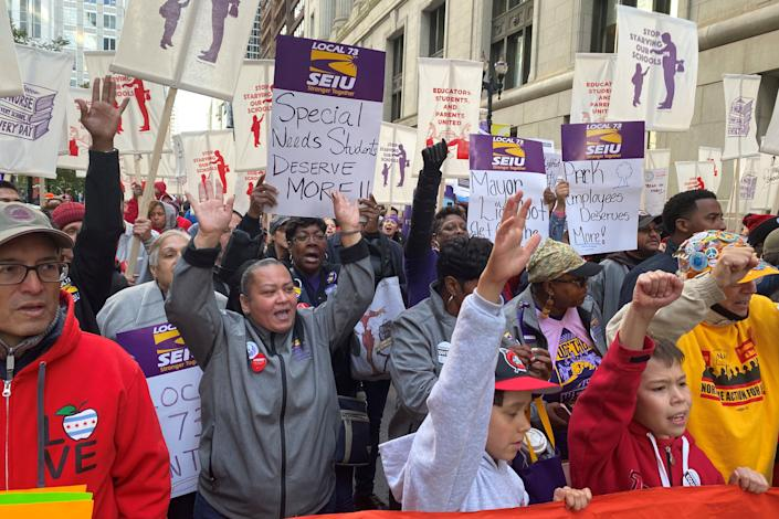 Hundreds of teachers and supporters march in Chicago on Monday, days before the teachers union was set to go on strike if a contract settlement was not reached. (Photo: Brendan O'Brien / Reuters)