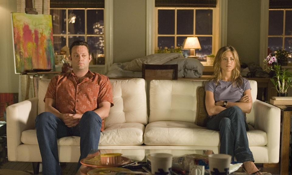 """Former lovers, now hostile roommates, bus tour guide Gary (VINCE VAUGHN) and art dealer Brooke (JENNIFER ANISTON) """"share"""" a quiet moment in the romantic comedy """"The Break-Up""""."""