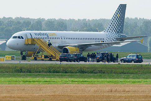 Police surround a Vueling plane at Amsterdam's Schiphol Airport. Photos: Reuters