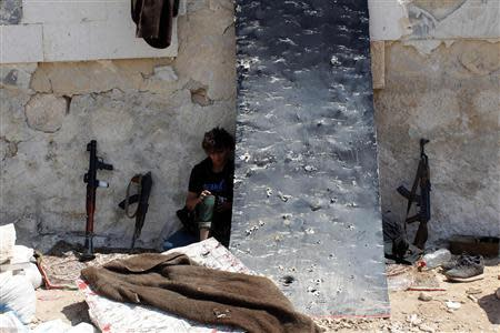 A Free Syrian Army fighter rests beside the Canadian Hospital in Aleppo, August 31, 2013. REUTERS/Molhem Barakat