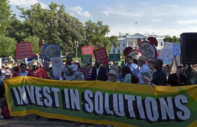 Protesters gather outside the White House on Thursday to protest President Trump's decision to withdraw the U.S. from the Paris climate accord. (Photo: Susan Walsh/AP)