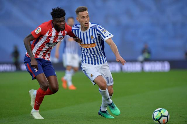 Soccer Football - La Liga Santander - Real Sociedad vs Atletico Madrid - Anoeta Stadium, San Sebastian, Spain - April 19, 2018 Real Sociedad's Sergio Canales in action with Atletico Madrid's Thomas REUTERS/Vincent West