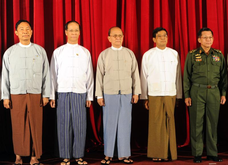(From L) Thura Shwe Mann speaker of Union parliament, Vice President Sai Mauk Kham, Myanmar President Thein Sein, Vice President Nyan Tun and Commander in Chief Min Aung Hlaing pose for photos prior to their meeting in Naypyidaw, on October 31, 2014 (AFP Photo/Phyoe Hein Kyaw)