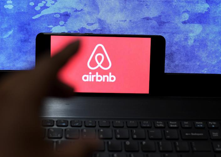 INDIA - 2021/01/15: In this photo illustration an Airbnb logo seen displayed on a smartphone. (Photo Illustration by Avishek Das/SOPA Images/LightRocket via Getty Images)