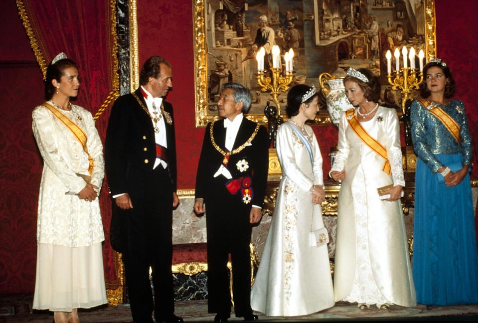 MADRID, SPAIN - OCTOBER 10, 1994: King Juan Carlos, Queen Sofia, Princess Elena, and Princess Cristina attend a gala evening in honour of Emperor Akihito and Empress Michiko of Japan, on October 10, 1994 in Madrid, Spain. (Photo by Pool BELTRA/VANDEVILLE/Gamma-Rapho via Getty Images)