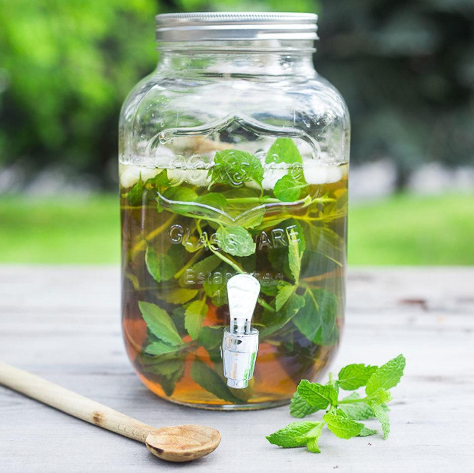 <p>This crisp and healthy low-calorie summer drink is easy to make and very refreshing. Sweeteners, like honey or stevia, are optional; the mint provides plenty of flavor without adding any calories or sugar.</p>