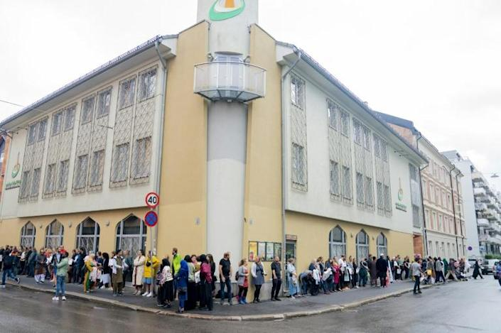 Non-Muslim Norwegians lined up outside an Oslo mosque to show support on Sunday morning (AFP Photo/Fredrik Hagen)