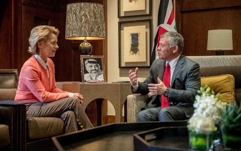 German Defence Minister Ursula von der Leyen meets Jordan's King Abdullah II at the Royal Palace in Amman on January 14, 2018 (AFP Photo/Michael Kappeler)
