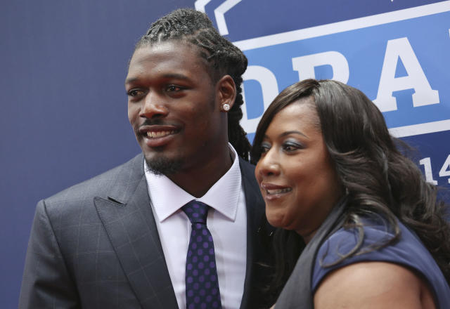 South Carolina defensive end Jadeveon Clowney arrives for the first round of the 2014 NFL Draft with his mother Josenna Clowney, Thursday, May 8, 2014, in New York. (AP Photo/Craig Ruttle)