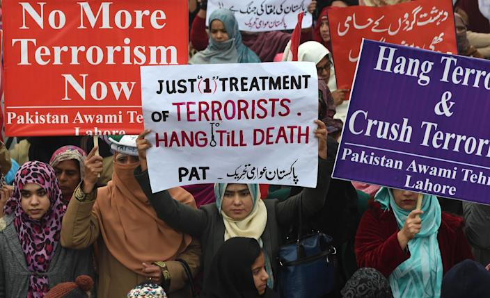 Pakistan Awami Tehreek (PAT) activists rally for action against terrorism following the Peshawar school massacre, on December 21, 2014 in Lahore (AFP Photo/Arif Ali)