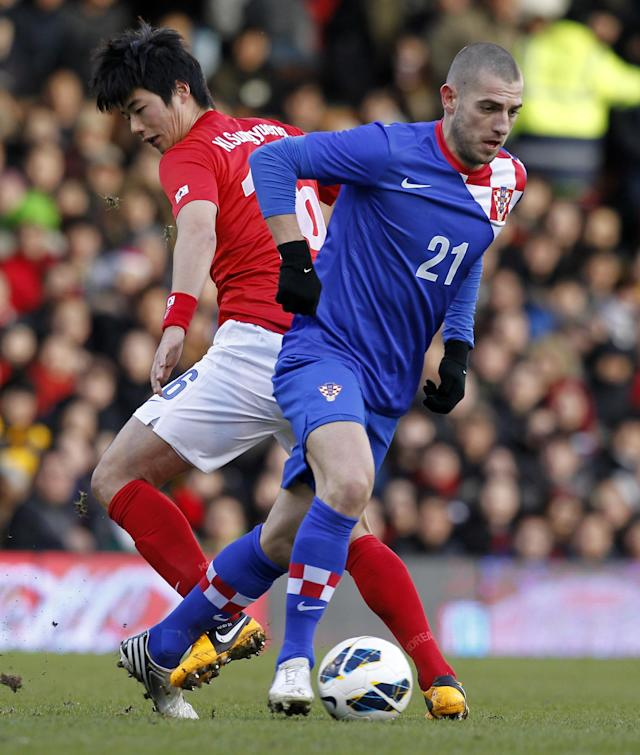 Croatia's striker Mladen Petric (R) vies with South Korea's midfielder Ki Sung-Yueng (L) during the International friendly football match between South Korea and Croatia at Craven Cottage stadium in London on February 6, 2013 . AFP PHOTO/IAN KINGTONIAN KINGTON/AFP/Getty Images