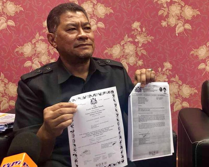 Johor Housing and Rural Development Committee chairman Dzulkefly Ahmad holding up the purported letter offering affordable homes to unsuspecting victims during a media conference in Johor Baru July 12, 2018. — Pictures by Ben Tan