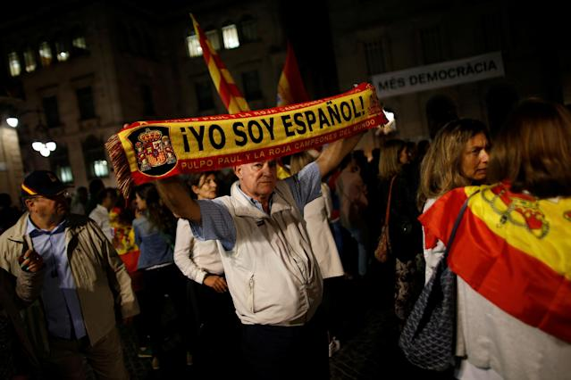 "<p>A man holds up a scarf with the colors of the Spanish flag as he takes part in a protest called by a group of Spanish friends outside the Palau de la Generalitat, the regional government headquarters, ahead of the banned Oct. 1 independence referendum in Barcelona, Spain, Sept. 28, 2017. The words on the scarf reads, ""I am Spanish!"". (Photo: Jon Nazca/Reuters) </p>"