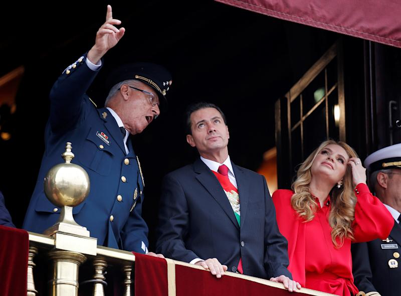 Mexico's President Enrique Pena Nieto and first lady Angelica Rivera listen to Defense Minister General Salvador Cienfuegos (L) during a military parade to celebrate Independence Day at Zocalo Square in Mexico City, Mexico September 16, 2018. REUTERS/Gustavo Graf