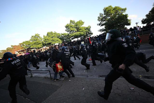 <p>German riot police try to stop protesters during the demonstrations during the G-20 summit in Hamburg, Germany, July 6, 2017. (Photo: Kai Pfaffenbach/Reuters) </p>