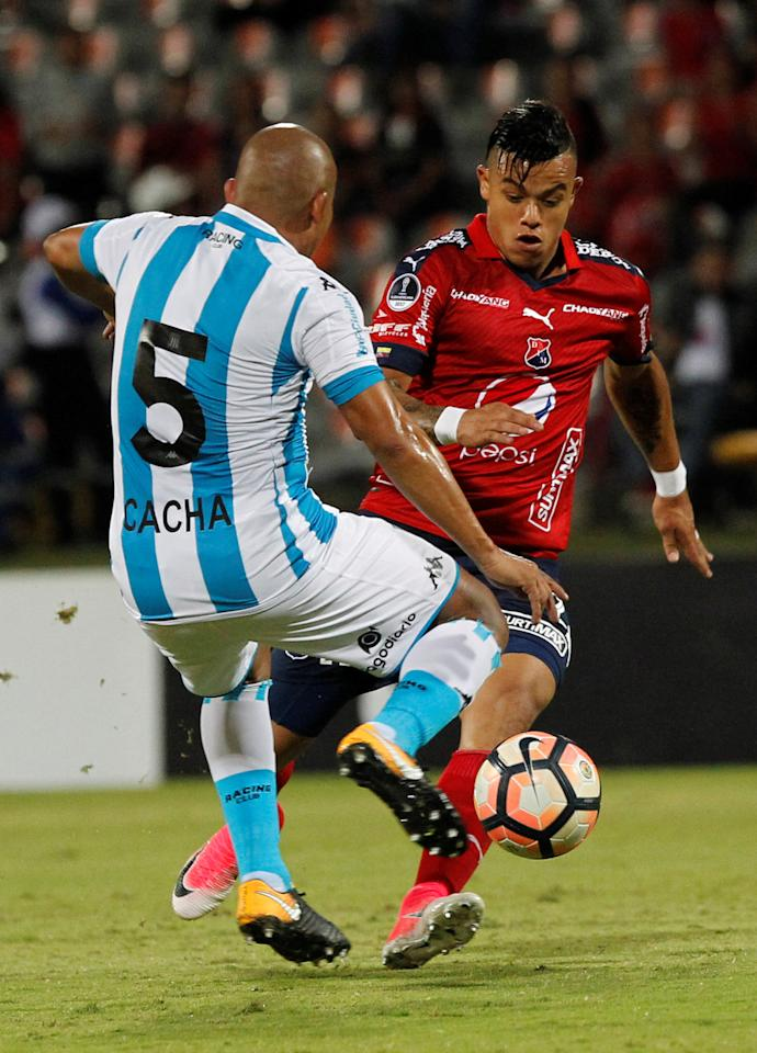 Football Soccer - Colombia's Independiente Medellin v Argentina's Racing Club – Copa Sudamericana - Atanasio Girardot Stadium, Medellin, Colombia - July 27, 2017. Independiente Medellin's Leonardo Castro (R) and Racing Club's Egidio Arevalo in action. REUTERS/Fredy Builes