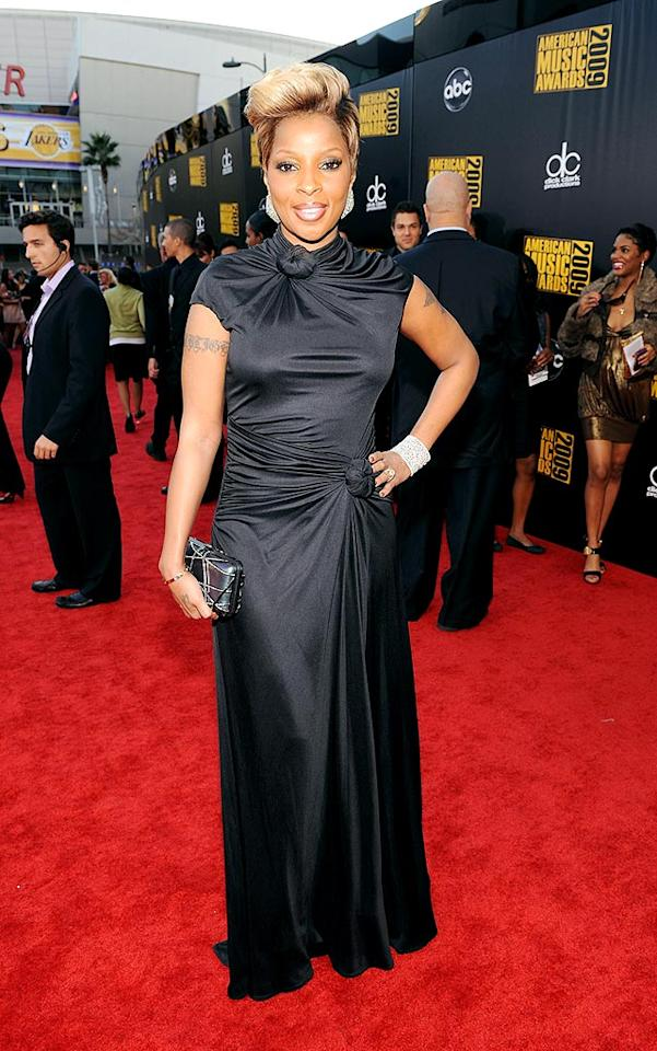 "Mary J. Blige  Grade: B+  The reigning queen of hip-hop soul looked better than ever in a sophisticated yet chic sheath, fab 'do, and diamond accents. Frazer Harrison/<a href=""http://www.gettyimages.com/"" target=""new"">GettyImages.com</a> - November 22, 2009"