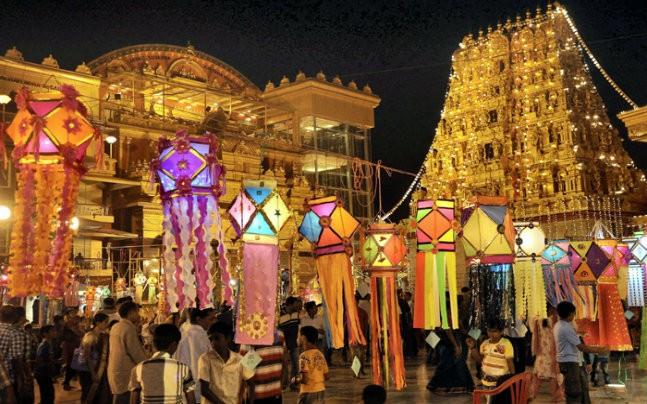 <p>The experts in trade and commerce have blamed demonetisation, GST, strict vigil by tax department and a significant thumbs up to online  sales and avoidance of Chinese goods for this year's low sales. </p>