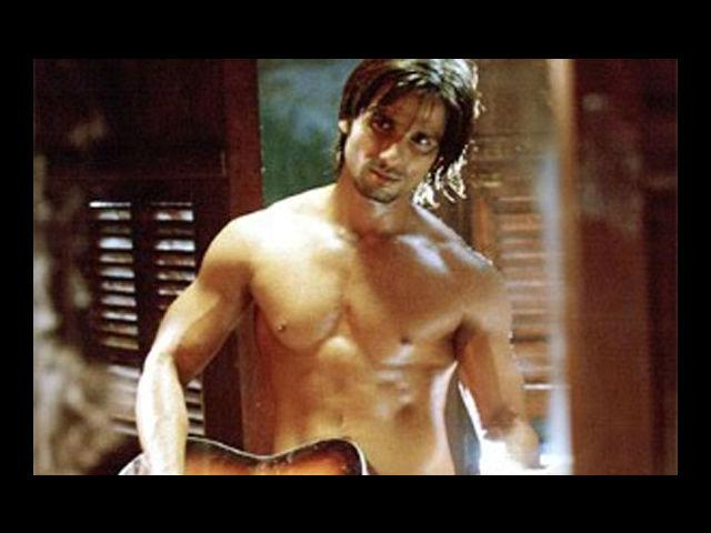 <b>Shahid Kapoor</b><br>The waxed, clean shaven look of Shahid Kapoor makes women love him and go crazy for him.