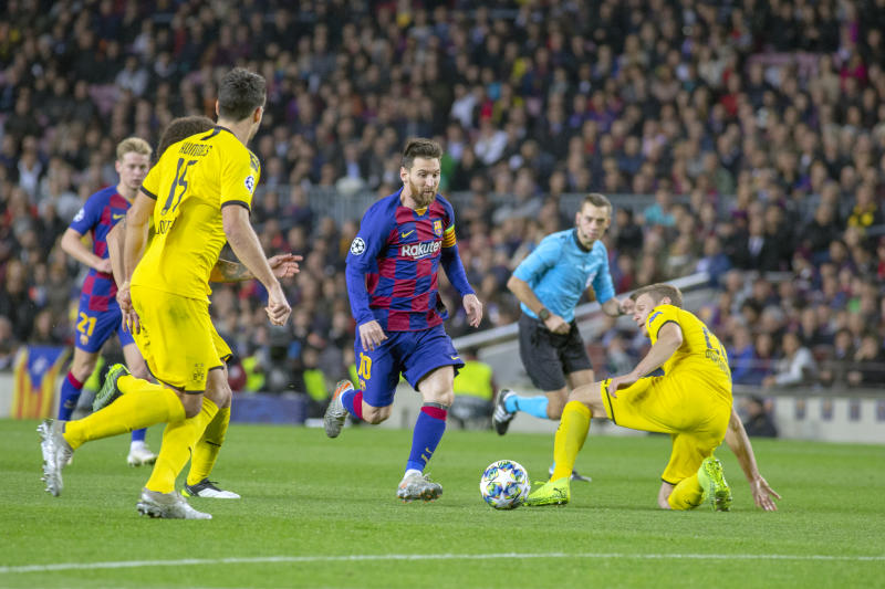 BARCELONA, SPAIN - November 27: Lionel Messi #10 of Barcelona dribbles past Lukasz Piszczek #26 of Borussia Dortmund during the Barcelona V Borussia Dortmund, UEFA Champions League group stage match at Estadio Camp Nou on November 27th 2019 in Barcelona, Spain. (Photo by Tim Clayton/Corbis via Getty Images)