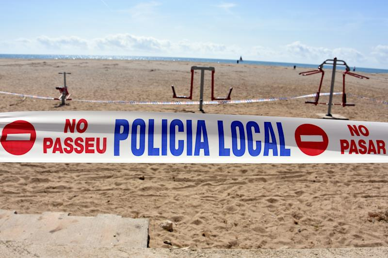EL VENDRELL, España - 2020/03/15: La policía local impide el acceso a la playa. (Ramon Costa/SOPA Images/LightRocket via Getty Images)