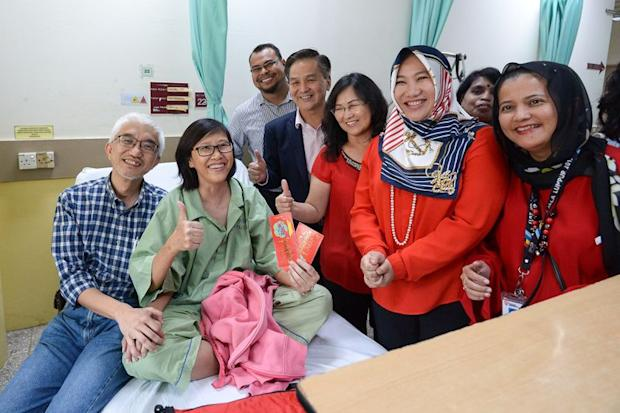 (From right) Pelitawanis TNB headquarters branch treasurer Norly Mohd Nor, Ungku Ashiela, Tan, Lim and HKL public relations officer Shahrul Hafizi Arbaak Yunus present an ang pow to Lee and her husband Thian Soo during the visit on Monday. — Picture by Mukhriz Hazim