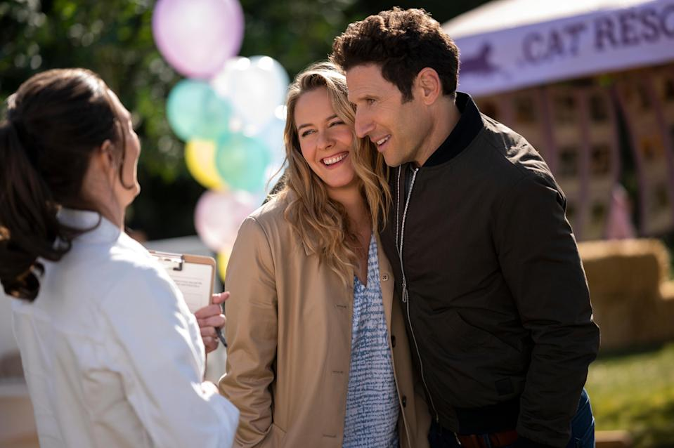 THE BABY-SITTERS CLUB (L to R) ALICIA SILVERSTONE as ELIZABETH THOMAS-BREWER and MARK FEUERSTEIN as WATSON BREWER in episode 201 of THE BABY-SITTERS CLUB Cr. KAILEY SCHWERMAN/NETFLIX © 2021